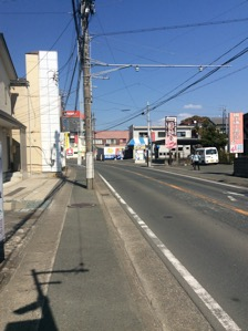 2.700mほど進んだ先の右手「喜田強制歯科医院」看板北側民家横が駐車場になってます。